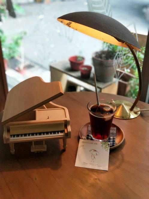 素面鋼琴在小南風咖啡桌展示配名片